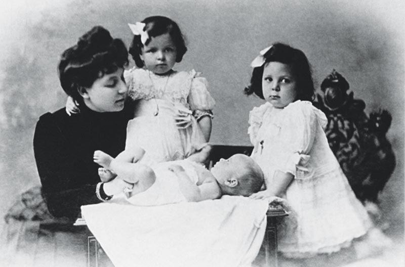 Η Πηνελοπη Δελτα με τις τρεις κορες της