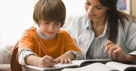 Πρεπει ο γονιος να διαβαζει το παιδι; Ωφελουν οι πολλες εργασιες;
